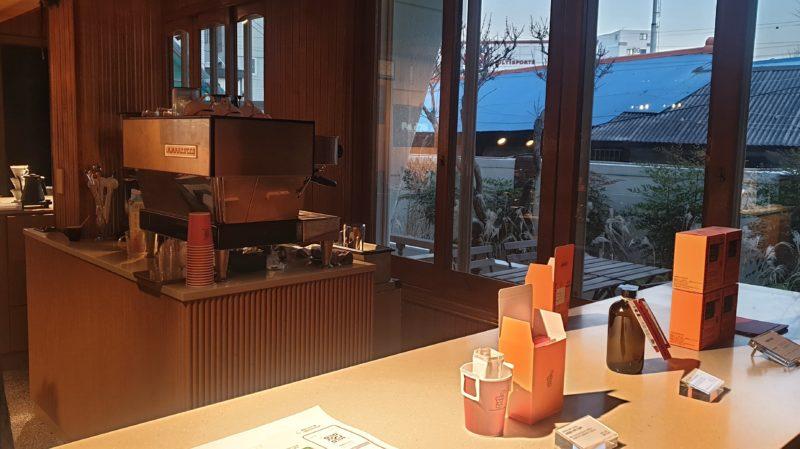 コーヒーマシーンとカウンター