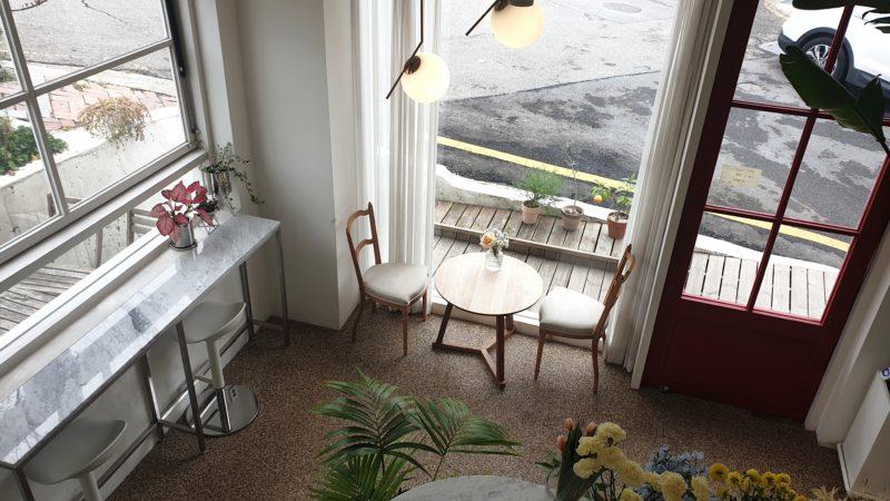 1階のカウンターと大きな窓