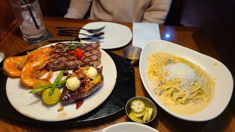 ステーキとクリームパスタ