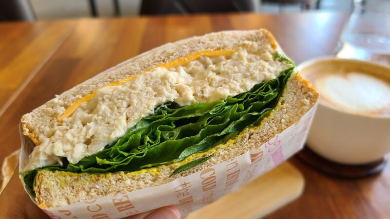 チキンたっぷりのサンドイッチ断面図