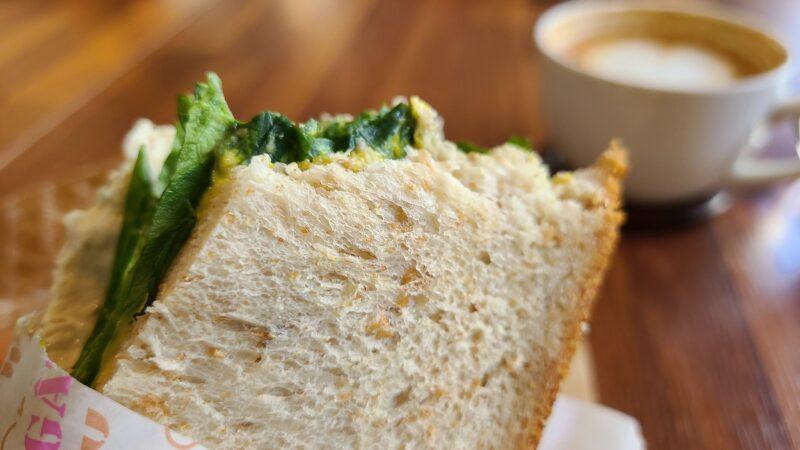 全粒粉パンでサンドイッチ