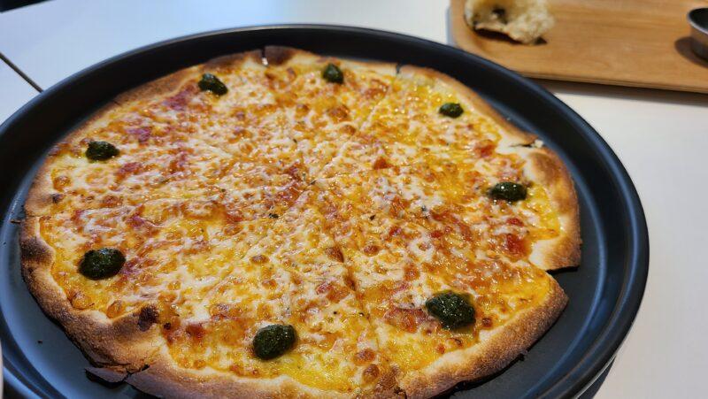 クラスト生地のマルゲリータピザ