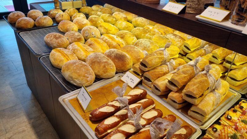 江華島カフェ 焼き立てパンコーナー